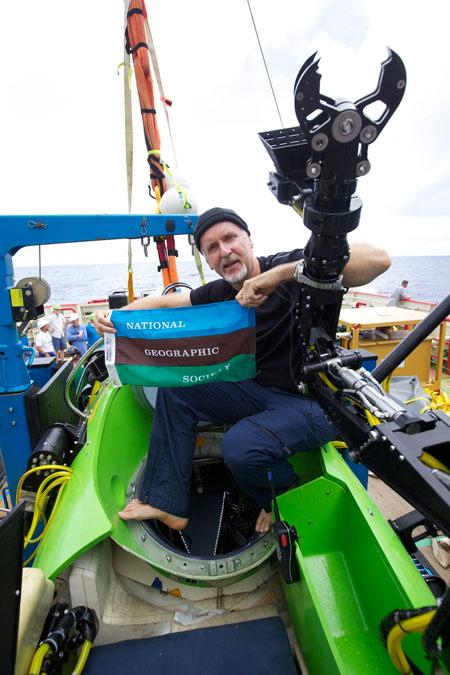 جيمس كاميرون على متن مركبة الغوص في مارس 2012